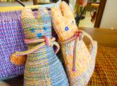 手織りの独特の色が生かされた動物